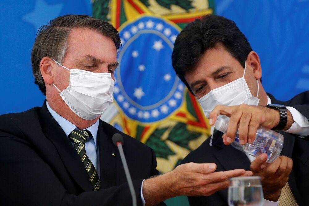 Brazilský prezident Jair Bolsonaro a ministr zdravotnictví Luiz Henrique Mandetta během konference v Brazílii