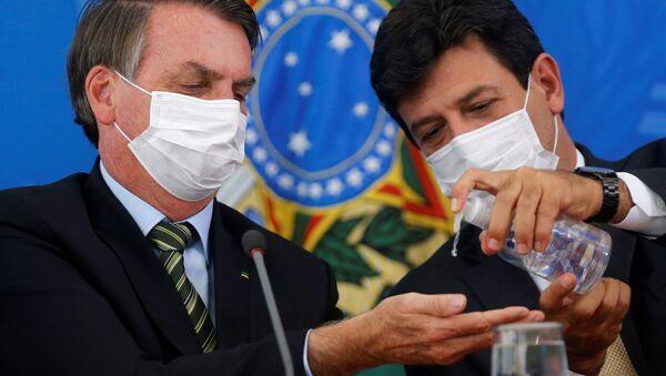 Brazilský prezident Jair Bolsonaro a ministr zdravotnictví Luiz Henrique Mandettas během tiskovky - Sputnik Česká republika