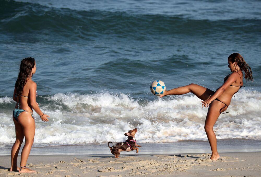 Dívky hrají fotbal na pláži Diabo v Rio de Janeiro