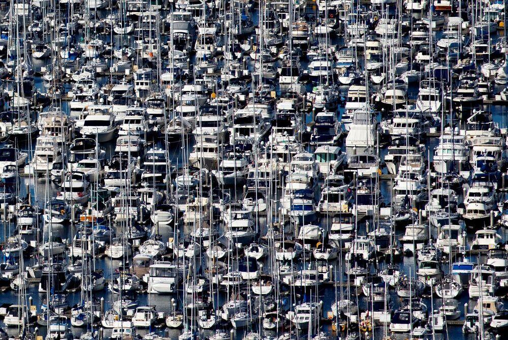 Lodě v přístavu Elliott Bay během vypuknutí koronaviru v Seattlu, USA