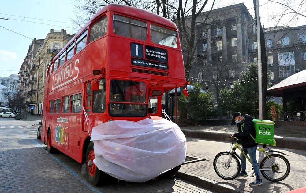Autobus v roušce v centru Kyjeva na Ukrajině