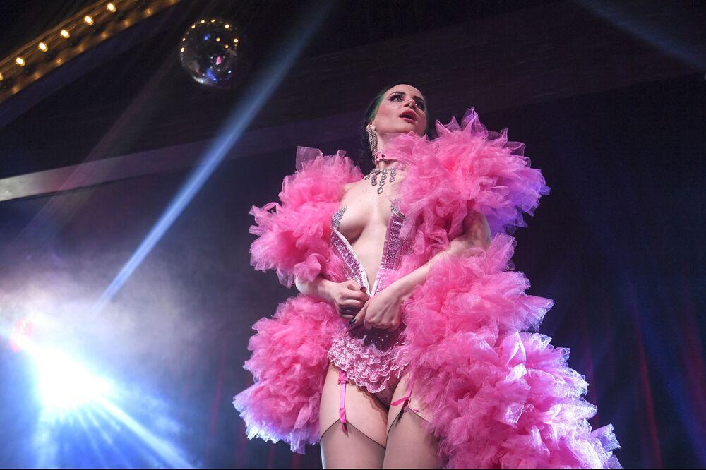 Tanečnice Vutrica v kabaretu Ladies of Burlesque vystupuje v Moskvě