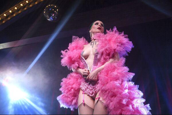 Tanečnice Vutrica v kabaretu Ladies of Burlesque vystupuje v Moskvě - Sputnik Česká republika