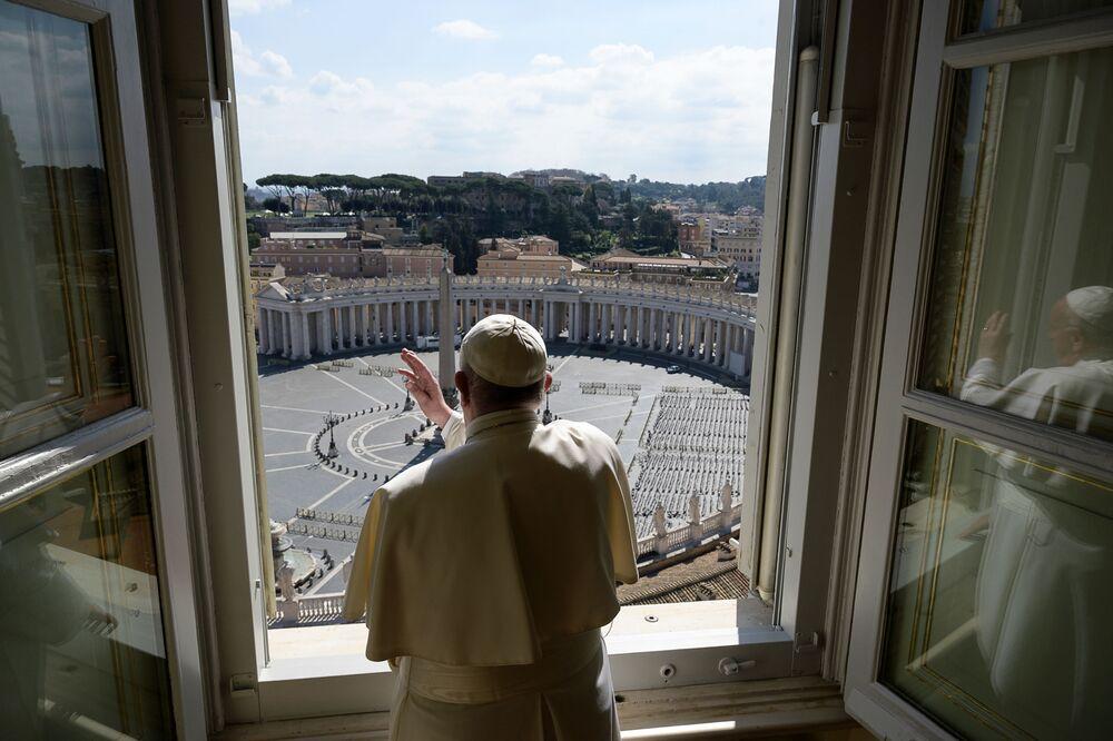 Papež František během požehnání nad prázdným Svatopetrským náměstím