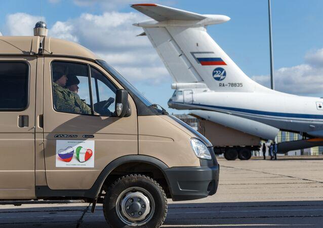 Automobil s lékařským vybavením určený Itálii při nakládce v Rusku