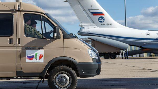 Automobil s lékařským vybavením určený Itálii při nakládce v Rusku - Sputnik Česká republika