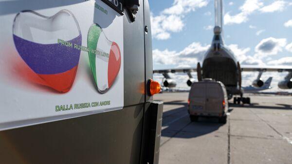 Auto se zdravotnickým zařízením z Ruska určené k odeslání do Itálie k boji proti pandemii koronaviru - Sputnik Česká republika