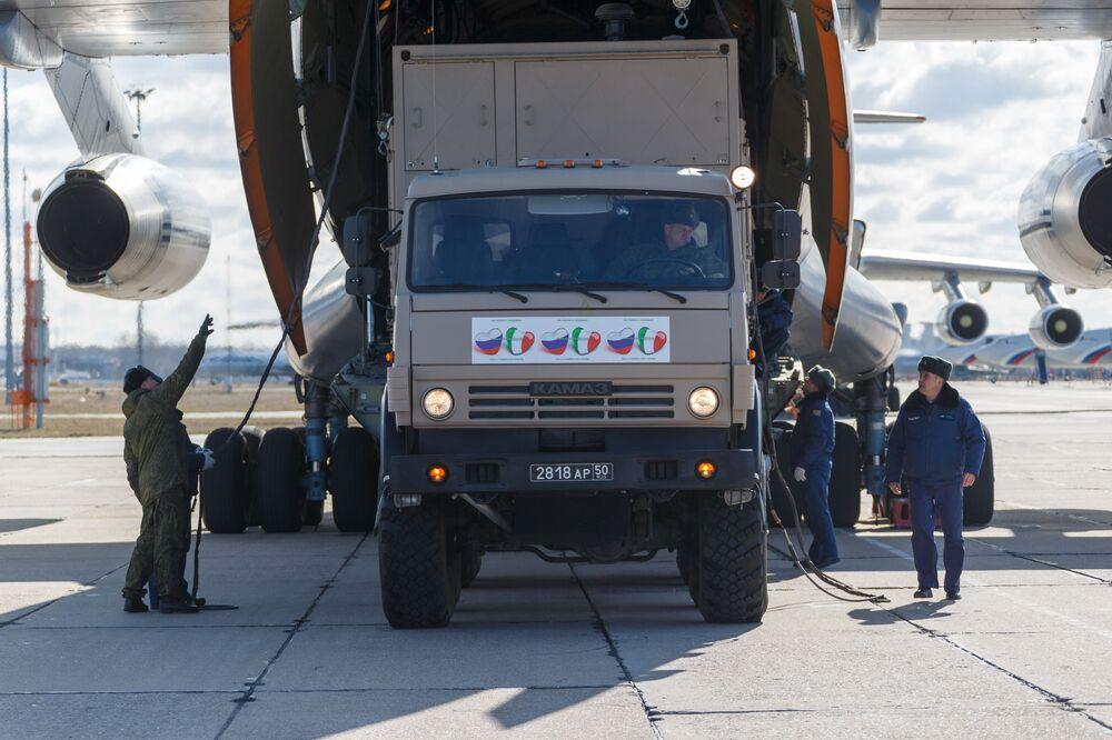 Auto se zdravotnickým zařízením z Ruska určené k odeslání do Itálie k boji proti pandemii koronaviru