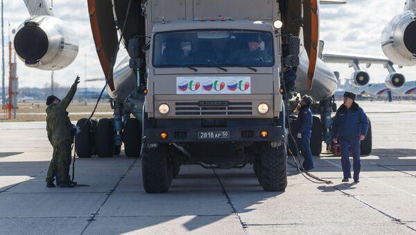 Vůz se zdravotnickým zařízením určený k odeslání do Itálie k boji proti koronaviru  - Sputnik Česká republika