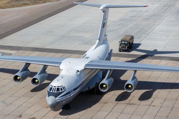 Vojenský transportní letoun ruského letectva Iljušin Il-76 se zdravotnickým zařízením určeným k odeslání do Itálie k boji proti pandemii koronaviru - Sputnik Česká republika