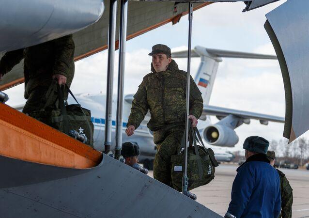 Vojenský personál při nástupu do letadla ruských leteckých sil Il-76