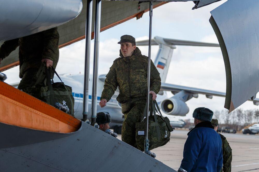 Vojenský personál při nástupu do letadla ruského letectva Il-76