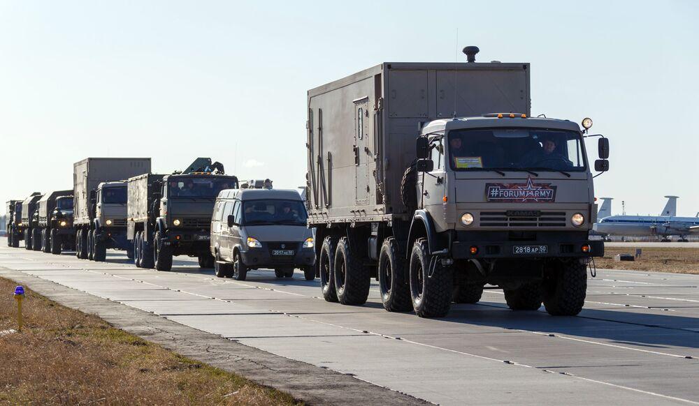 Konvoj vozidel se zdravotnickým zařízením, který má být odeslán do Itálie k boji proti koronaviru