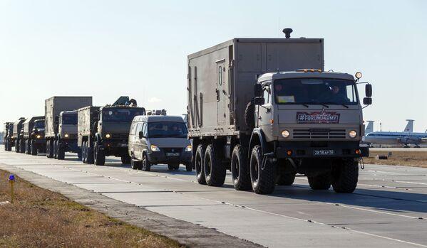 Konvoj vozidel se zdravotnickým zařízením, který má být odeslán do Itálie k boji proti koronaviru - Sputnik Česká republika