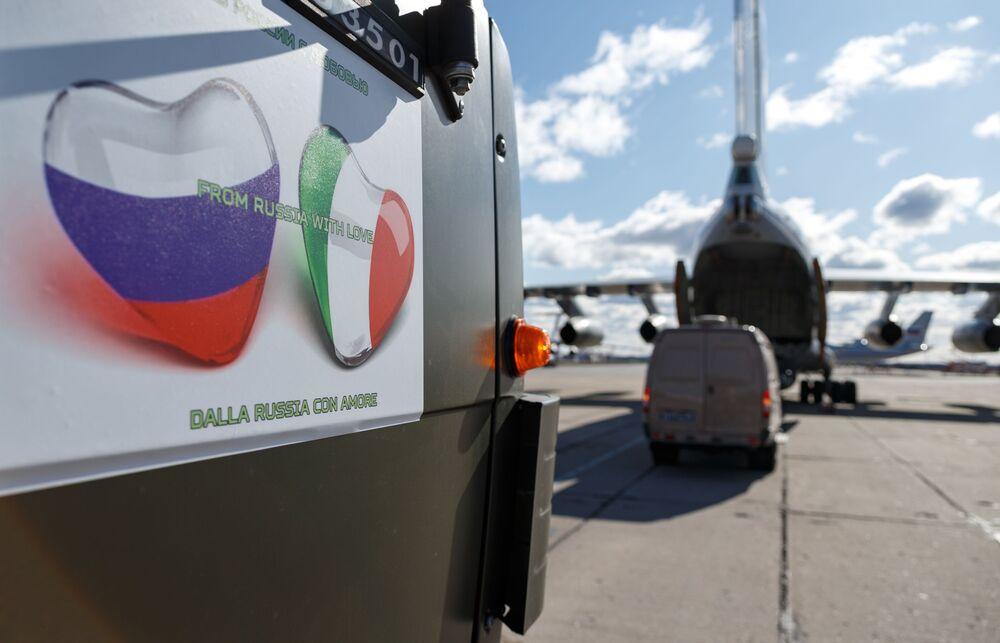 Auto se zdravotnickým zařízením z Ruska určené k odeslání do Itálie k boji proti pandemii koronaviru.