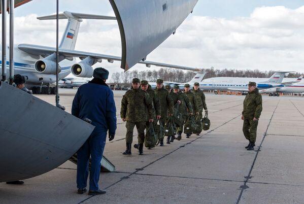 Vojenský personál lékařské služby Ozbrojených sil Ruské federace při nástupu do vojenského transportního letadla ruského letectva Il-76 - Sputnik Česká republika