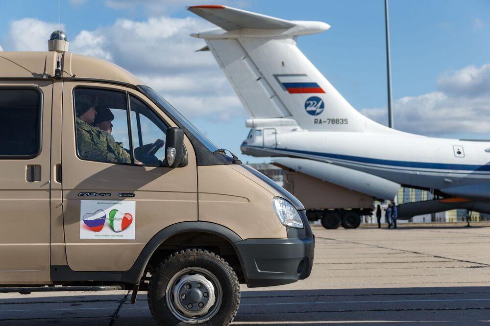 Auto se zdravotnickým zařízením určené k odeslání do Itálie za účelem boje proti viru COVID-19 při nakládání do vojenského transportního letadla ruského letectva Il-76