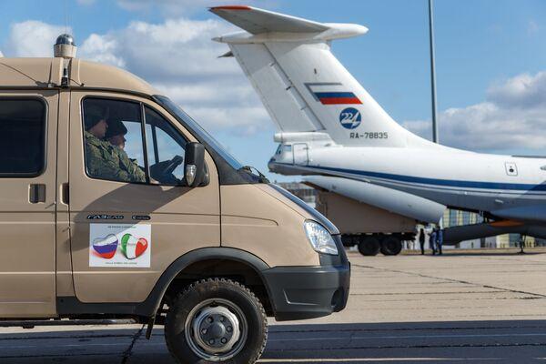 Auto se zdravotnickým zařízením určené k odeslání do Itálie za účelem boje proti viru COVID-19 při nakládání do vojenského transportního letadla ruského letectva Il-76  - Sputnik Česká republika