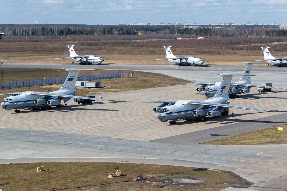 Vojenská transportní letadla ruských leteckých sil Il-76 se zdravotnickým zařízením určeným k odeslání do Itálie k boji proti pandemii koronaviru