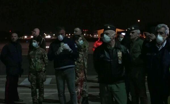 Italský vojenský personál čeká na ruské letadlo se zdravotnickým zařízením na letecké základně Pratica di Mare - Sputnik Česká republika