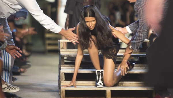 Model vstává po padání na přehlídce Givenchy během New York Fashion Week 2015 v New Yorku. - Sputnik Česká republika