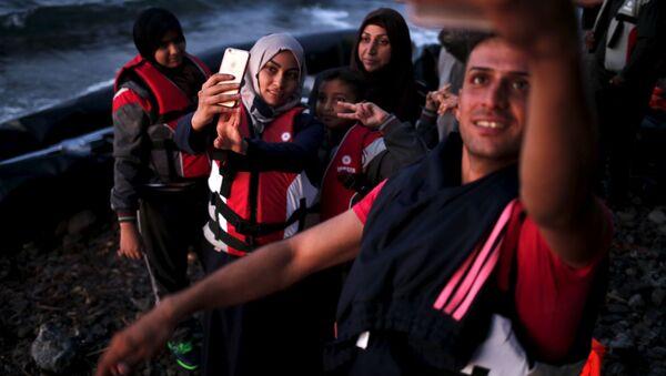Syrští uprchlíci pořizují selfie po připlutí na řecký ostrov Lesbos.  - Sputnik Česká republika