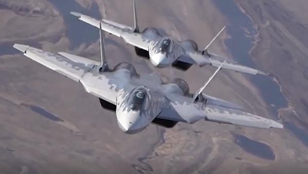 Vně zákonů fyziky. Ruští vojenští piloti předvedli, co dokáží Su-57 - Sputnik Česká republika
