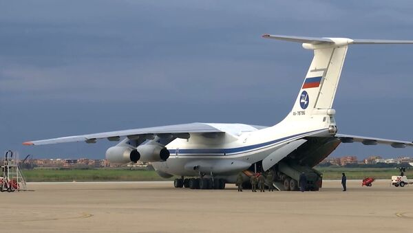 Ruský vojenský dopravní letoun Il-76 MD se zdravotnickým zařízením určeným k boji proti viru COVID-19 na italské letecké základně - Sputnik Česká republika