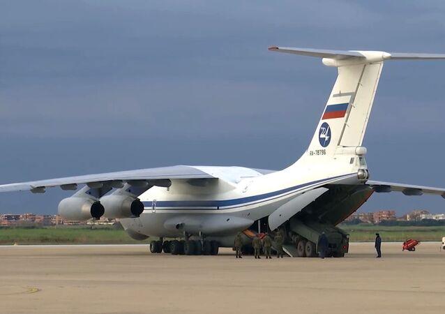 Ruský vojenský dopravní letoun Il-76 MD se zdravotnickým zařízením určeným k boji proti viru COVID-19 na italské letecké základně