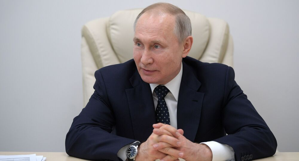 Ruský prezident Vladimir Putin během návštěvy nemocnice v Kommunarce, kde se budou léčit lidé nakažení COVID-19.
