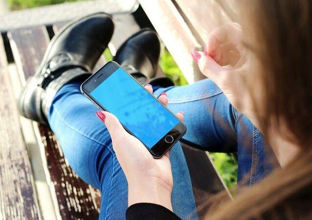 Dívka se smartphonem