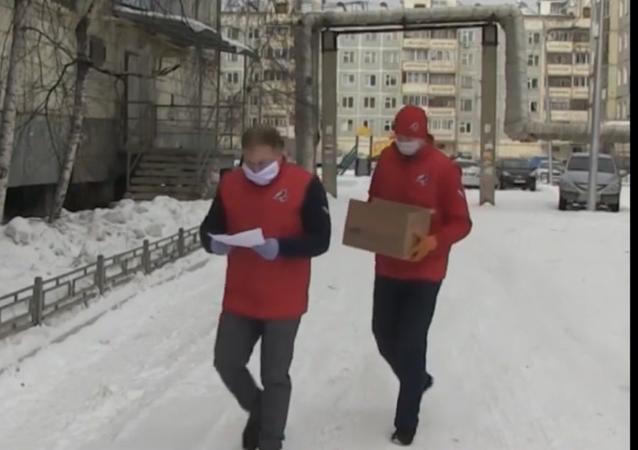 Dobrovolníci se sjednotili, aby pomohli důchodcům po celém Rusku během karantény