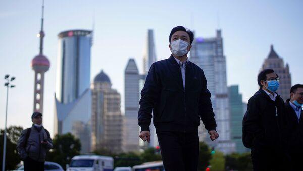 Lidé v rouškách v čínské Šanghaji - Sputnik Česká republika