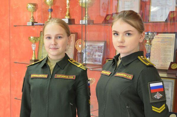 Střelba z plamenometů a přežívání v infikovaných oblastech. Co se učí dívky na Ruské akademii chemické obrany - Sputnik Česká republika