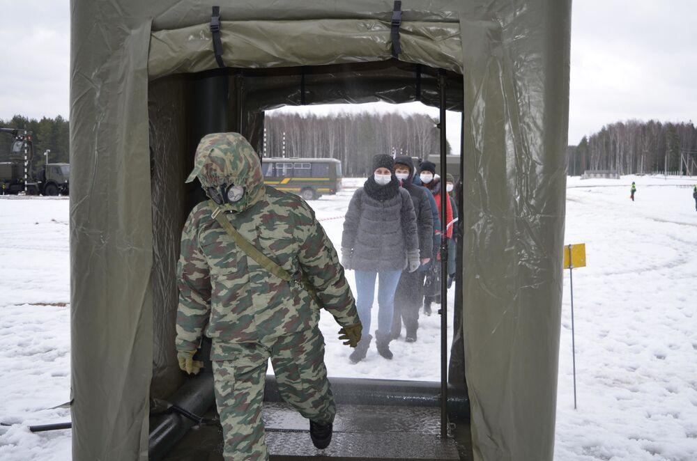Střelba z plamenometů a přežívání v infikovaných oblastech. Co se učí dívky na Ruské akademii chemické obrany