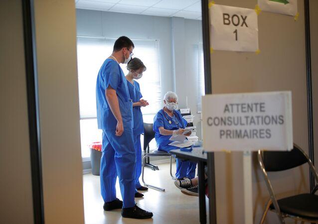 Lékaři ve francouzské nemocnici ve městě Vannes, kam přivážejí pacienty s COVID-19