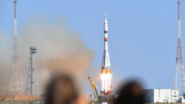 Start nosné rakety Sojuz-2.1 ze startovácí plochy na kosmodromu Bajkonur - Sputnik Česká republika