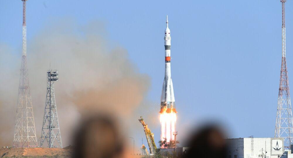 Start nosné rakety Sojuz-2.1 ze startovácí plochy na kosmodromu Bajkonur