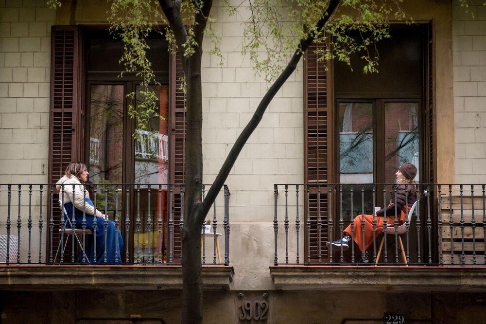 Ženy komunikují ze svých balkonů v Barceloně