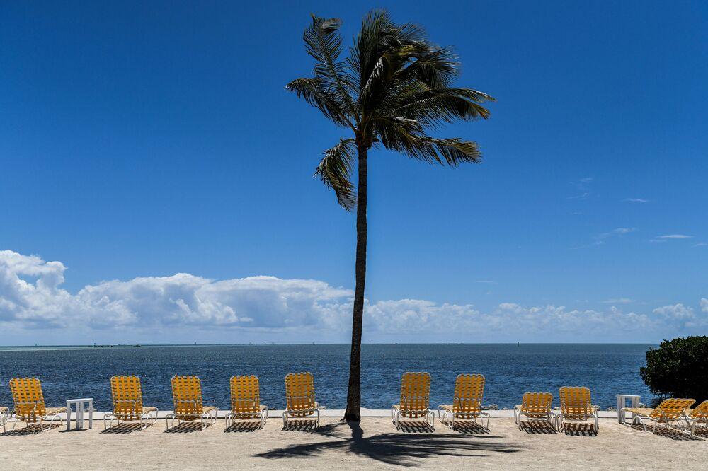 Prázdná lehátka na rezortu Florida Keys, uzavřená pro návštěvníky během epidemie koronaviru