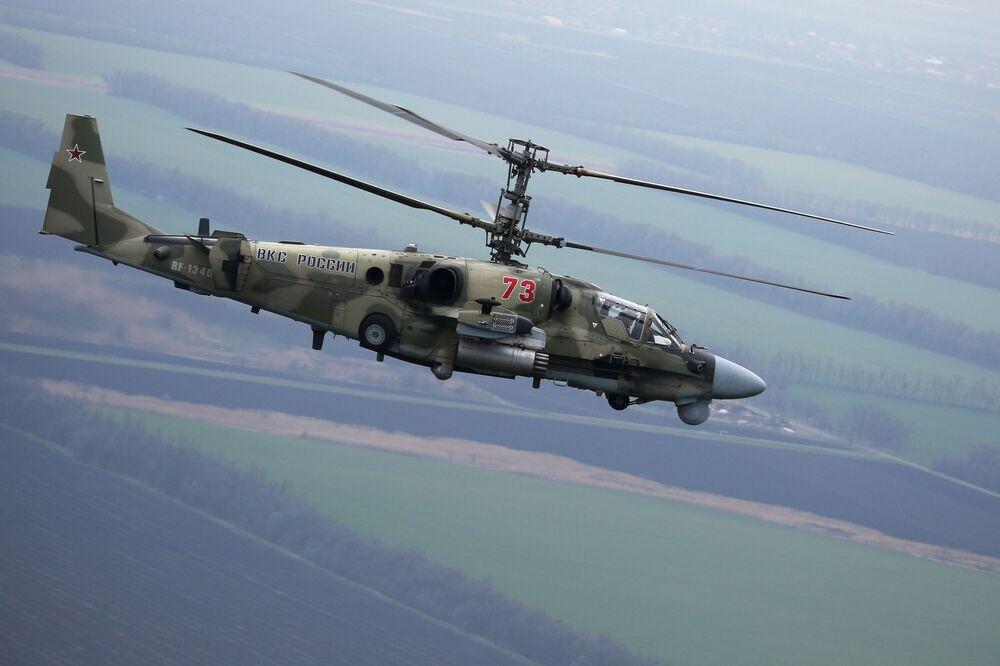 Vrtulník Ka-52 během letových taktických cvičení v Krasnodarské oblasti