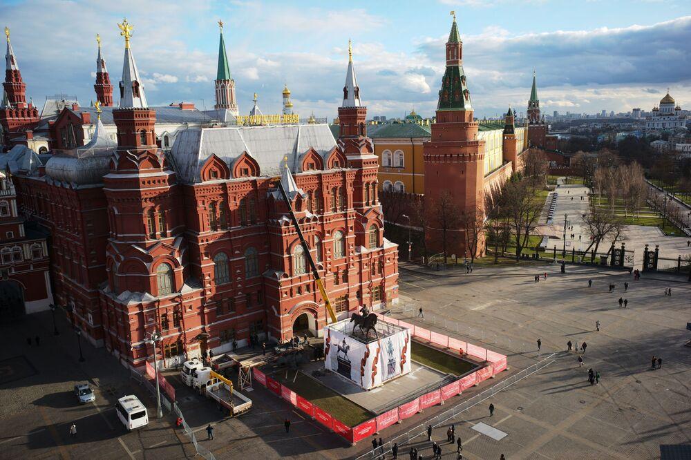 Nový památník maršála Žukova je instalován na náměstí Manéžní v Moskvě