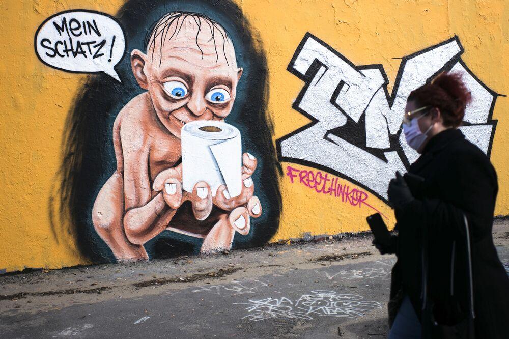 Graffiti zobrazující Golumovu postavu z filmu Pán prstenů s rolí toaletního papíru a nápisem My Charm v Berlíně, Německo