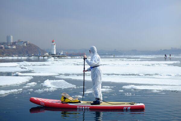 Sapsurfer v ochranném obleku v zátoce Vladivostok - Sputnik Česká republika