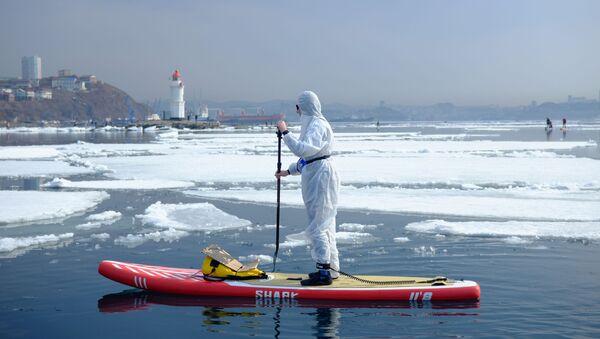 Supsurfař v ochranném obleku v zátoce. Vladivostok, Rusko - Sputnik Česká republika