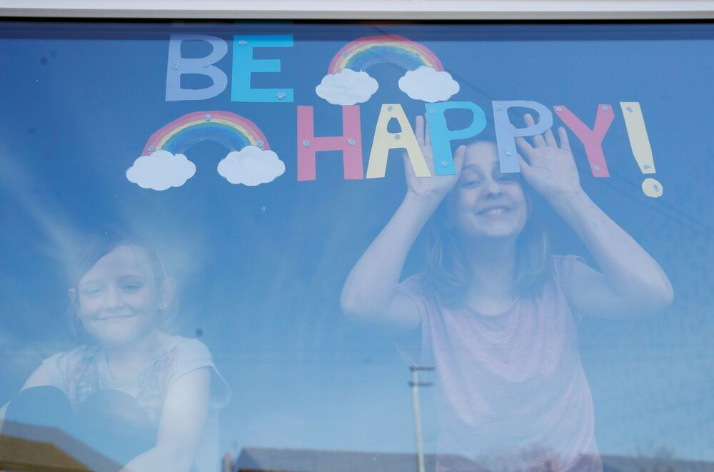 Děti v okně britské nemocnice St. Helens