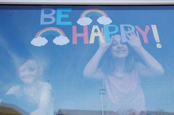 Děti v okně britské nemocnice St. Helens - Sputnik Česká republika