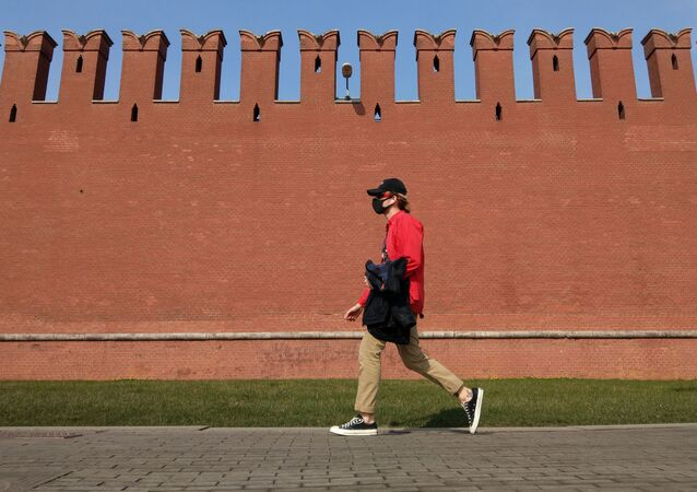 Muž jde podél zdi Moskevského Kremlu
