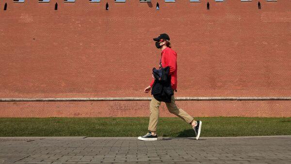 Muž jde podél zdi Moskevského Kremlu - Sputnik Česká republika
