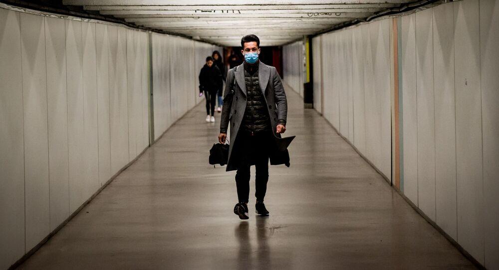 Muž v roušce v metru